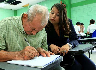 Adulto Mayor estudiando